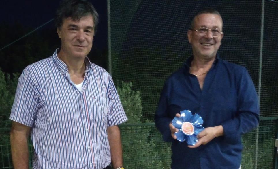 """Mario Forte riceve il """"Premio Simpatia"""" dal Dott. Tambato"""